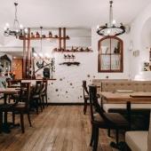 Красивые лампы в ресторане украинской кухни