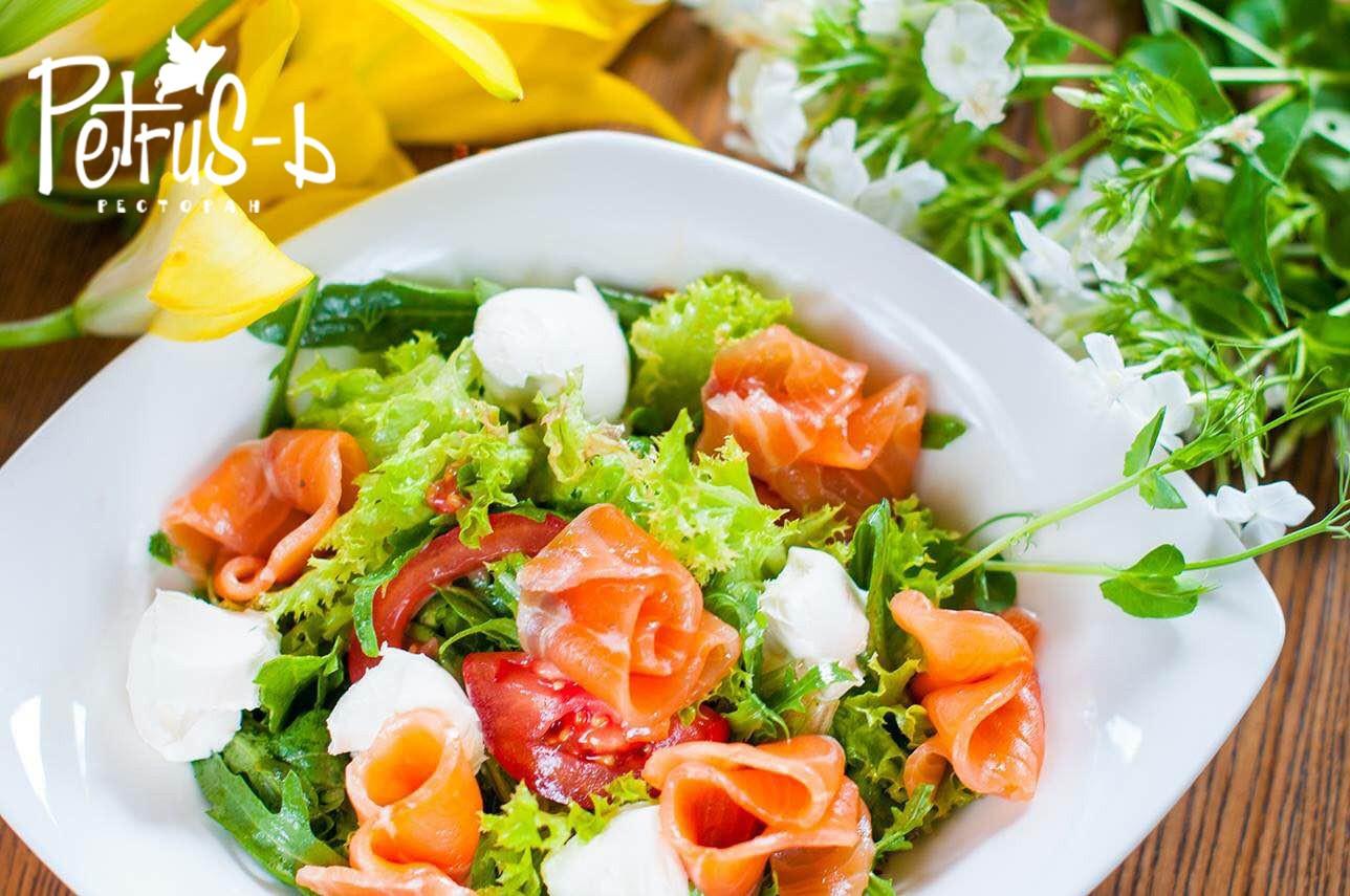 Салат из семги в ресторане Petrus-ь