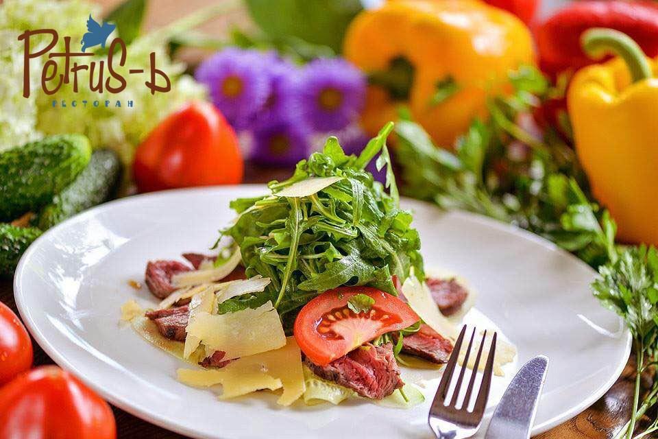 Салат в ресторане Petrus-ь
