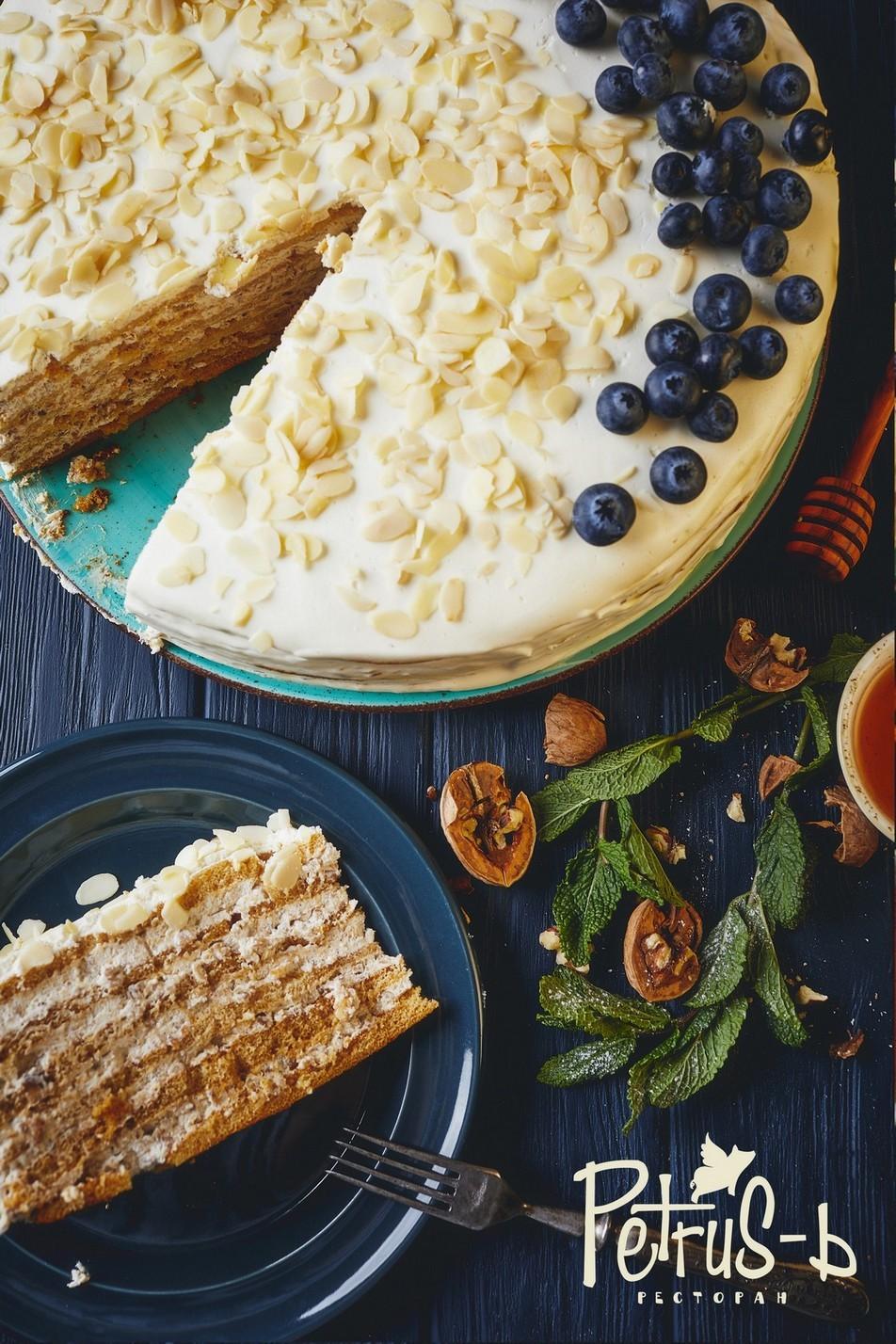 Медовик - вкусный десерт в Petrus-ь