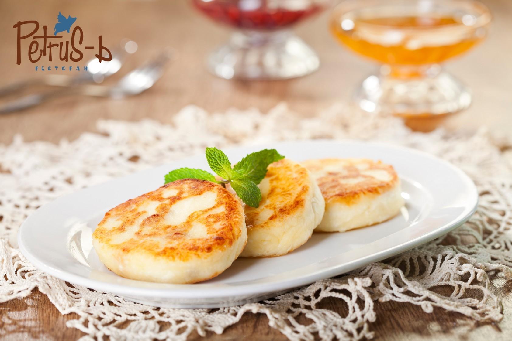 Домашние сырники в ресторане украинской кухни