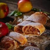 Штрудель с яблоками в ресторане украинской кухни
