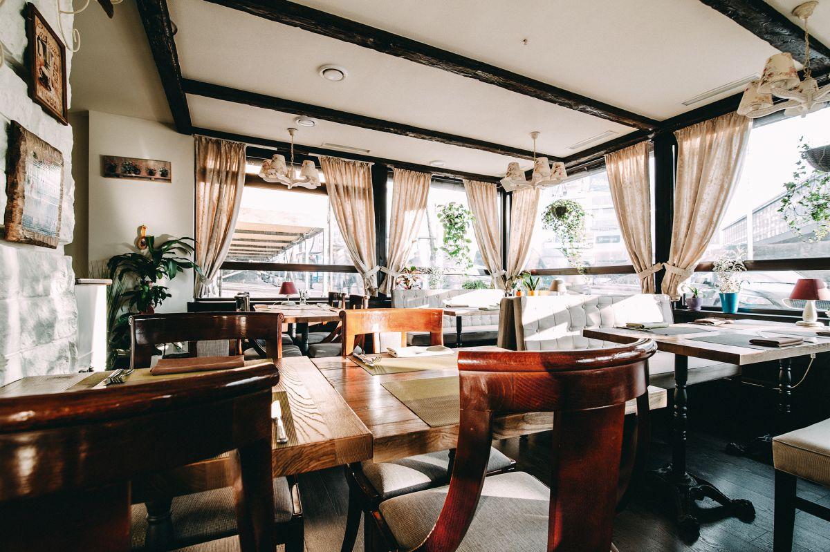 Летняя терраса в ресторане Petrus-ь